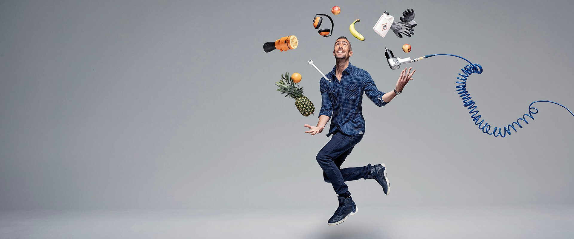 monteur jongleert met apparatuur uit de werkplaats